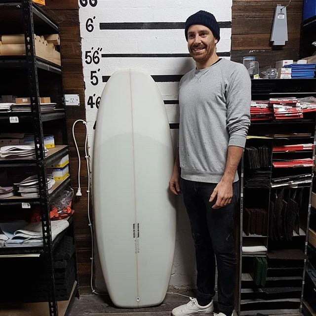 Julian finished up with his 5'2 Simmons Keel. A take off from the model bar of soap.  Light sand pigment with a volan deck patch with some Aussie made keel fins glass in,  from @acmefincompany .  This sled came oit insane. Well done mate.
